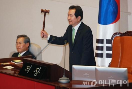 [사진]6월 임시회 개회 알리는 정세균 국회의장