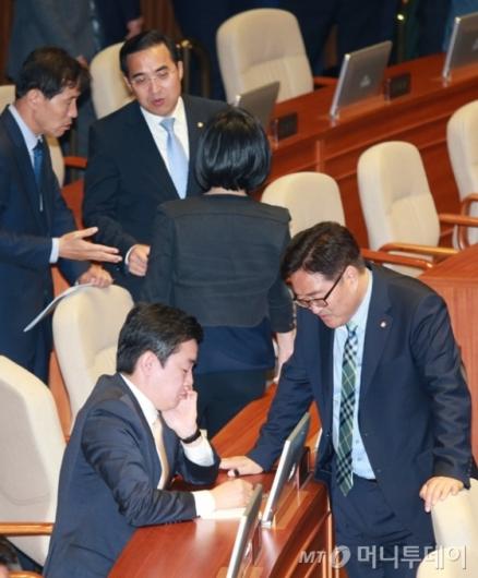 [사진]심각한 표정의 더불어민주당 의원들