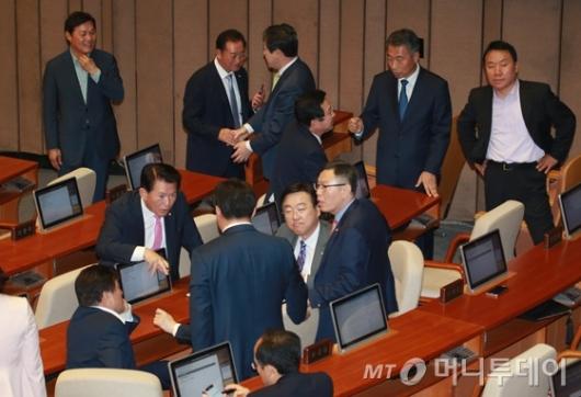 [사진]삼삼오오 대화하는 자유한국당 의원들