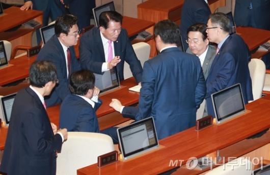 [사진]심각한 표정의 자유한국당 의원들