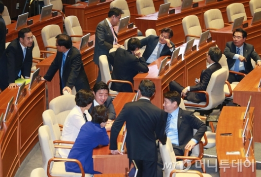 [사진]삼삼오오 대화하는 더불어민주당 의원들
