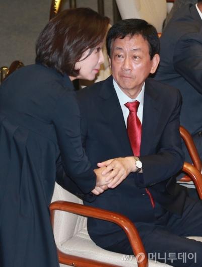 [사진]악수하는 진영-나경원 의원