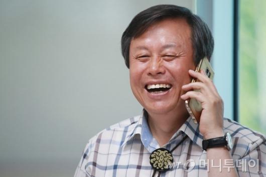 [사진]웃으며 전화하는 도종환 문체부 장관 내정자