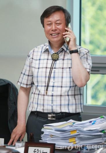[사진]전화하는 도종환 문체부 장관 내정자