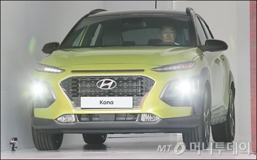 [사진]'코나' 운전하는 정의선 부회장
