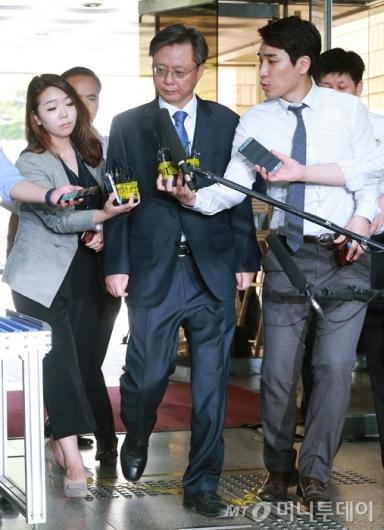 [사진]우병우 전 수석, '국정농단' 관련 첫 공판 출석