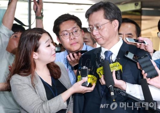[사진]'첫 공판 출석' 질문 받는 우병우 전 수석