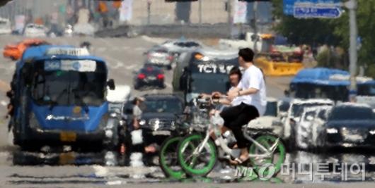 [사진]도로에 핀 아지랑이