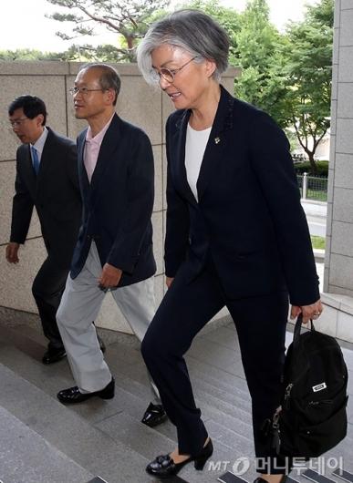 [사진]외교부 청사 들어서는 강경화 장관
