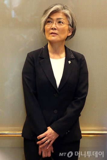 [사진]집무실 향하는 강경화 신임 장관