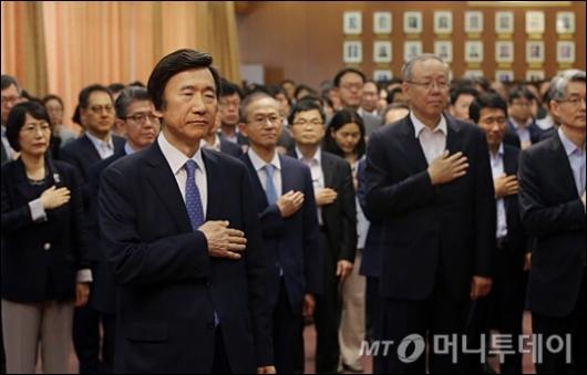 [사진]국기에 대한 경례하는 윤병세 전 장관