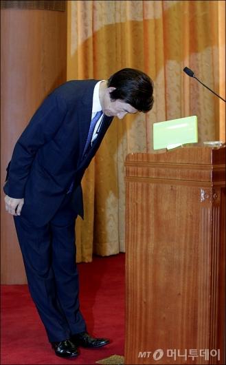 [사진]윤병세 전 장관, '마지막 인사'