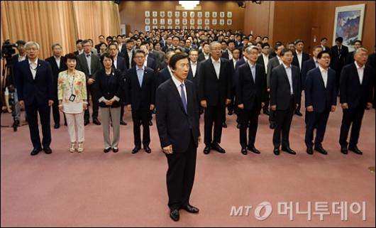 [사진]애국가 제창하는 윤병세 전 장관