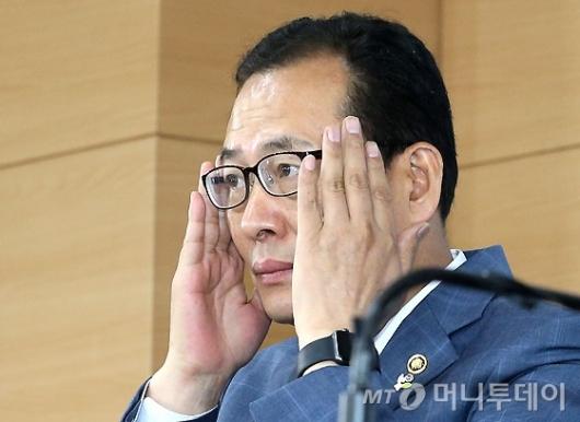 [사진]브리핑 앞둔 고형권 기획재정부 제1차관
