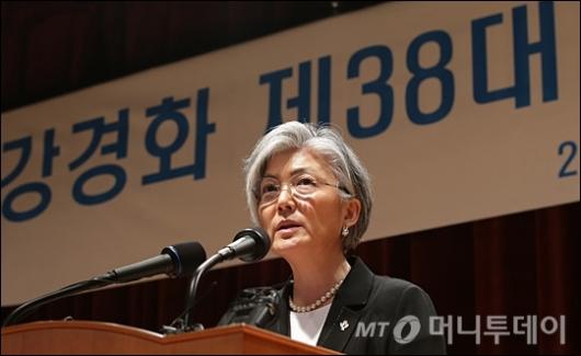 [사진]강경화, 첫 여성 외교부 장관 취임