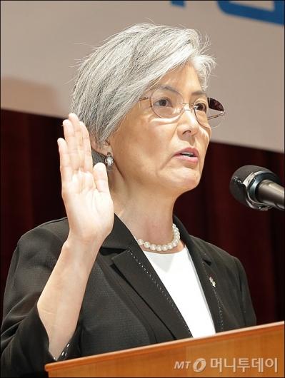 [사진]취임 선서하는 강경화 장관