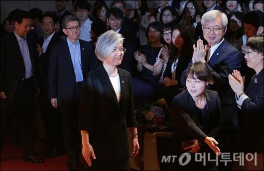 [사진]취임식장 들어서는 강경화 장관