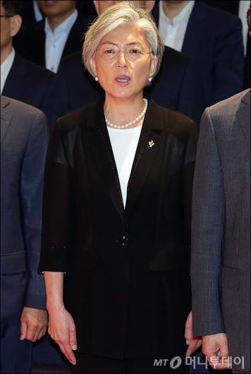 [사진]애국가 제창하는 강경화 장관