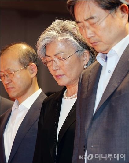 [사진]묵념하는 강경화 장관
