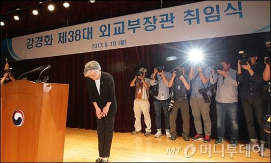 [사진]인사하는 강경화 외교부장관