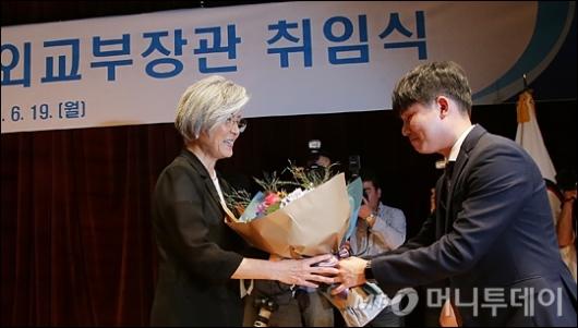[사진]꽃다발 받는 강경화 장관