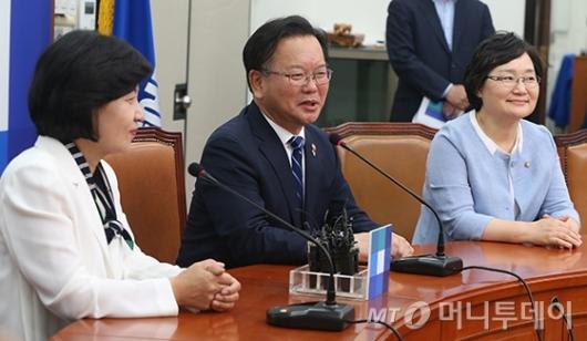 [사진]발언하는 김부겸 장관