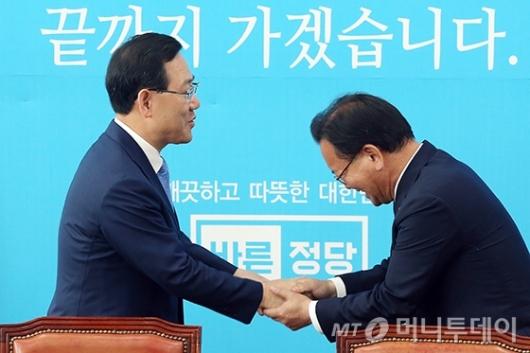 [사진]악수하는 주호영-김부겸