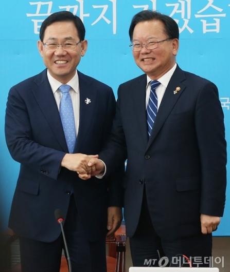 [사진]바른정당 예방한 김부겸 장관