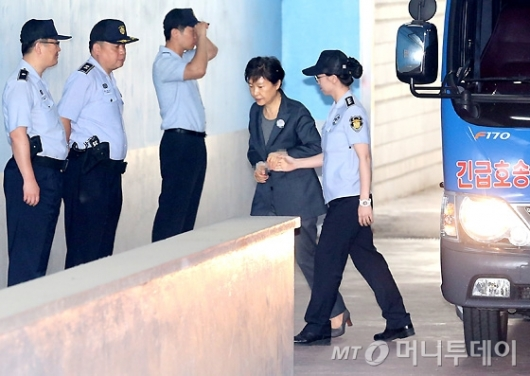 [사진]부축 받으며 재판 출석하는 박근혜 전 대통령