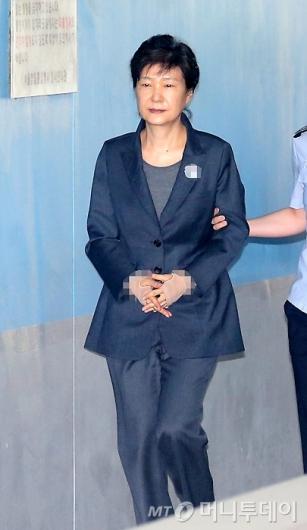 [사진]법원 들어서는 박근혜 전 대통령