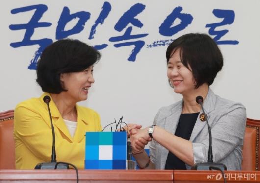 [사진]손잡고 환담하는 추미애-이정미
