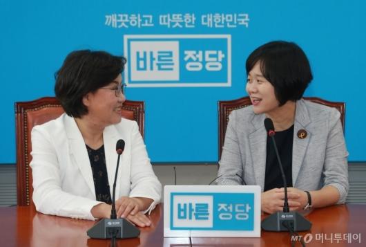 [사진]환담하는 이정미-이혜훈 대표
