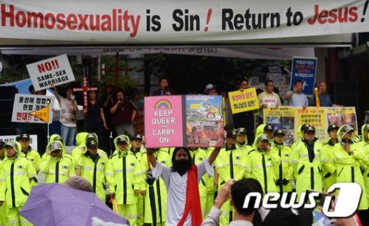 [사진]'퀴어축제와 맞불집회'