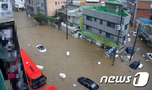 [사진]물폭탄 맞은 청주...물에 잠긴 대형버스