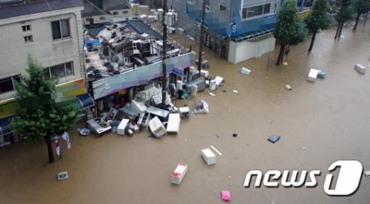 [사진]물 폭탄 맞은 청주...물에 떠다니는 가전 제품