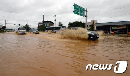 [사진]물에 잠긴 청주IC 진입 도로