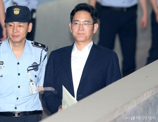 [사진]법원 들어서는 이재용 부회장