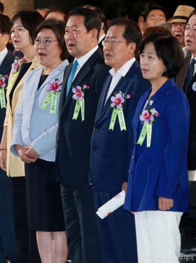 [사진]애국가 제창하는 5당 대표들