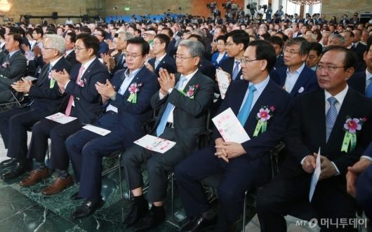 [사진]제헌절 경축식 참석한 5당 원내대표들