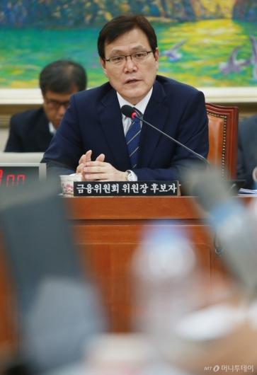 [사진]답변하는 최종구 금융위원장 후보자