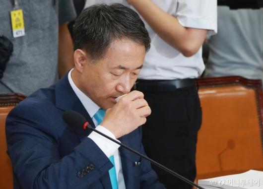 [사진]물 마시는 박능후 복지부장관 후보자