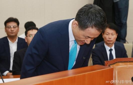 [사진]인사하는 박능후 복지부장관 후보자