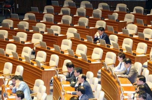 '추경 본회의' 자리 지킨 한국당 의원 '두 명'