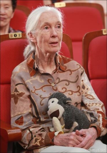 [사진]침팬지 인형 안은 제인구달 박사