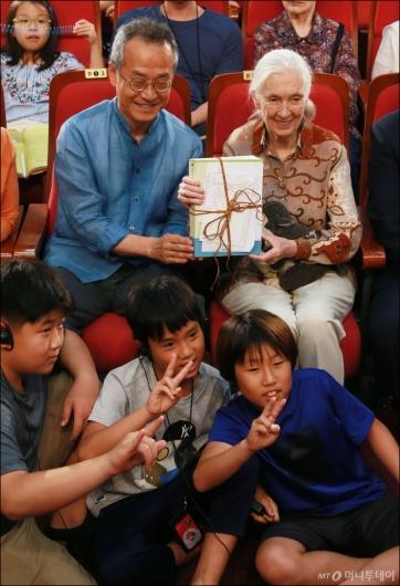 [사진]아이들에게 선물받은 '침팬지 할머니' 제인구달 박사