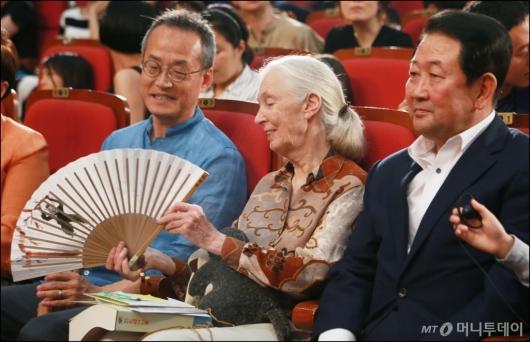 [사진]침팬지 부채 선물받은 제인 구달 박사
