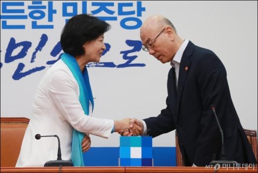 [사진]악수하는 추미애 민주당대표-이효성 방통위원장