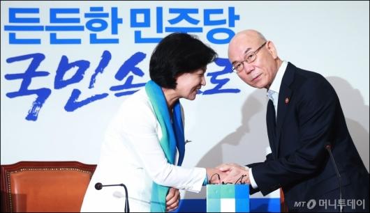[사진]이효성 방통위원장 '고개만 살짝...'