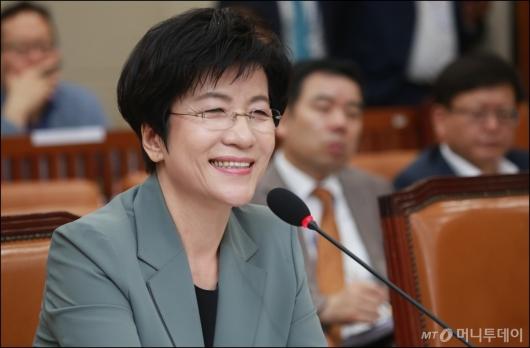 [사진]밝은 표정의 김영주 고용노동부 장관 후보자