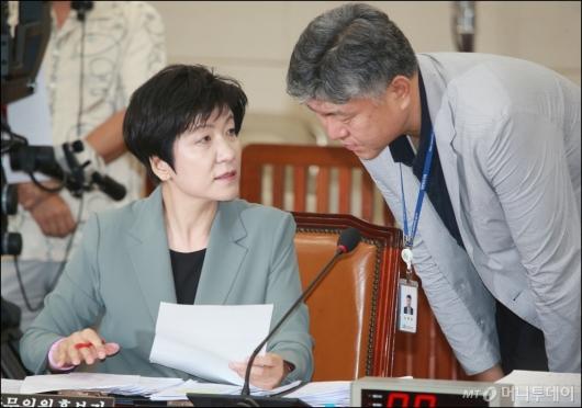 [사진]청문회 준비하는 김영주 고용노동부 장관 후보자